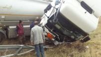 AKARYAKIT TANKERİ - Akaryakıt Tankeri Şarampole Uçtu Açıklaması 1 Yaralı
