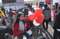 ÇALIŞAN ÇOCUKLAR - Çocukların Balon Kapma Yarışı İzdihama Neden Oldu