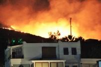 YANGIN HELİKOPTERİ - Tatil Siteleri Boşaltıldı Ama Korkulan Olmadı