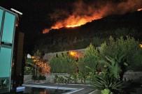 YANGIN HELİKOPTERİ - Yangın Nedeniyle Tatil Siteleri Boşaltıldı Ama Korkulan Olmadı