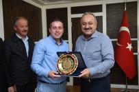 VATANDAŞLıK - Duyarlı Otobüs Şoförüne, Belediye Başkanı Tahsin Babaş'tan Plaket