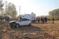 MıSıR - Karşı Yönden Gelen Tıra Çarpan Otomobil Mısır Tarlasına Uçtu Açıklaması 2 Ölü 1 Ağır Yaralı
