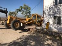 YAŞLI ÇİFT - İş Makinesi Eve Girdi, Faciadan Dönüldü