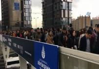 Yenibosna Metrobüs Durağında İnsan Seli