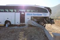 İSTİMLAK - Yolcu Otobüsü Tıra Arkadan Çarptı Açıklaması 1 Ölü, 23 Yaralı