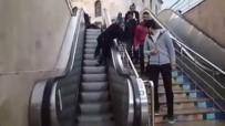 Yukarı Çıkan Yürüyen Merdivenden Aşağı İnmek İsterken Mahsur Kaldı
