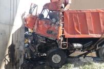 AHMET ÇELIK - Hızını Alamayan Belediye Kamyonu Köprü Ayağına Çarptı Açıklaması 1 Ölü