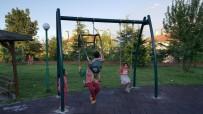 İzmit Parklarınaa Anne-Baba Salıncağı