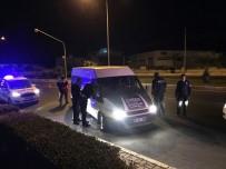 ŞÜPHELİ ARAÇ - Hırsızlık Zanlıları, Polis Ateş Açınca Aracı Bırakıp Kaçtı