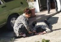 DEVLET HASTANESİ - Sırtında Bıçakla Hastaneye Kaldırıldı