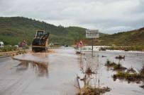 SEL BASKINI - Fethiye-Muğla Karayolunda Trafik Tek Şeritten Veriliyor