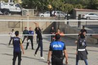 VOLEYBOL MAÇI - Hakkarili Gençlerle Polislerin Voleybol Maçı Keyfi