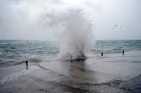 YAĞIŞLI HAVA - Sağanak Yağış Didim'de Hayatı Olumsuz Etkiledi