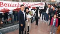 TAKSIM MEYDANı - Taksim Meydanı'nda Pankartlı, Müzikli Sürpriz Evlenme Teklifi
