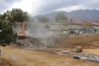 Seydişehir'de Eski Garajda Bulunan Dükkanlar Yıkılıyor