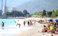 YAĞIŞLI HAVA - Antalya Sahilinde Ekim Ayı Sonunda Tatilci Yoğunluğu