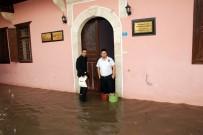 ATATÜRK EVİ - Mersin'de Evler Sular Altında Kaldı