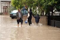 ATATÜRK EVİ - Mersin'de Sağanak Yağmur Evleri Su Altında Bıraktı