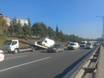 AŞIRI HIZ - TEM Otoyolu'nda Kontrolden Çıkan Kamyonet Bariyerlere Çarptı