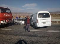 MEHMET YALÇıN - Otomobil Ve Minibüs Kafa Kafaya Çarpıştı Açıklaması 3 Yaralı