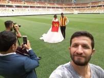 DÜĞÜN FOTOĞRAFI - Düğün Fotoğraflarını Stadyumda Çektirdiler