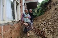 Heyelandan Zarar Gören Evlerine Pencereden Girip Çıkıyorlar