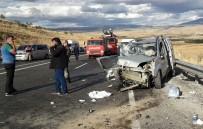 İki Araç Çarpıştı 11 Kişi Yaralandı