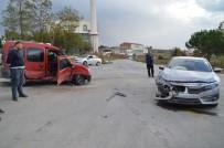 BOLAT - Otomobil İle Kamyonet Çarpıştı Açıklaması 2 Yaralı