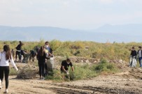 ÇEVRE TEMİZLİĞİ - Üniversiteli Gençler Serçin Ekoturizm Merkezinde Çevre Temizliği Yaptı