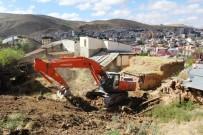YIKIM ÇALIŞMALARI - Harabe Binaların Yıkım Çalışmaları Devam Ediyor
