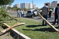 ARAÇ KONVOYU - Kontrolden Çıkan Otomobil Refüje Çarptı Açıklaması 1 Yaralı