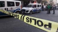 SİLAHLI KAVGA - İstanbul'da Bir Araç Uzun Namlulu Silahla Tarandı Açıklaması 1 Ölü, 2 Ağır Yaralı