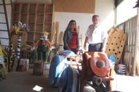 Atık malzemeleri sanat ürünleri haline getirdi