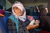 YAŞLI KADIN - Yaşlı Kadının Bulduğu Kutu Elinde Bomba Gibi Patladı