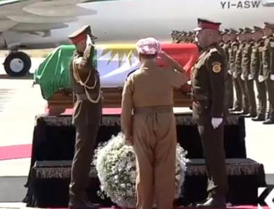 Barzani Talabani'nin naaşına çelenk bıraktı