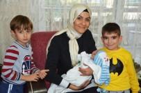 HUZUR EVI - Başkan Görmez'in Eşi Bebeklerle Yakından İlgileniyor