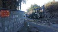 YOL YAPIMI - Çöken İstinat Duvarının Altında Kalan İşçi Yaralandı