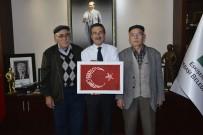 AHMET ATAÇ - Oğlunun Özel Olarak Yaptığı El İşlemesi Türk Bayrağı'nı Başkan Ataç'a Hediye Etti
