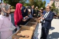 KIRTASİYE MALZEMESİ - İmam Hatipli Öğrenciler Suriyeli Ailelere Aşure İkram Etti