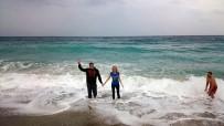 SAĞANAK YAĞMUR - Yağmura Aldırış Etmeden Deniz Keyfi Yaptılar