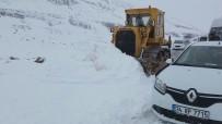 SAĞANAK YAĞMUR - Van- Bahçesaray Yolunda Kar Esareti