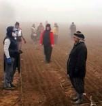 KADIN İŞÇİ - Gazi Mustafa Kemal'e Tarlada Çalışan Kadınlardan Saygı Duruşu