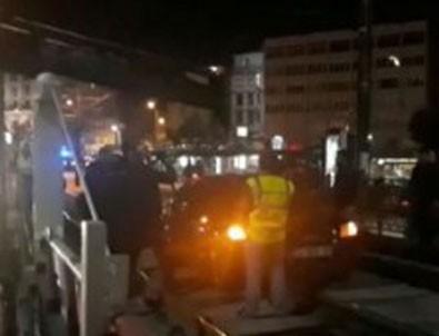 Karaköy'de araç tramvay durağına girdi! Tranvay seferleri durdu