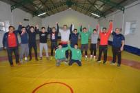 KAYSERİ ŞEKERSPOR - Kayseri Şekerspor Milli Güreşçisi Altın Madalyayı Başkan Akay'a Takdim Etti