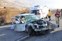 TRAFİK YOĞUNLUĞU - Otomobil, Kamyonun Altına Girdi Açıklaması 1 Ölü, 2 Ağır Yaralı