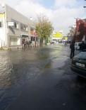 SAHİL YOLU - Fatih'te Patlayan Su Borusu Caddeyi Göle Çevirdi