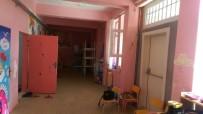 Okulun Tadilatını Yapan Veliye Plaket Verildi