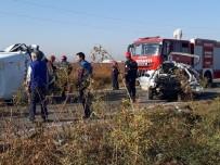 BALıKLıGÖL - Sera İşçilerini Taşıyan Minibüs Otomobille Çarpıştı Açıklaması 2 Ölü, 18 Yaralı