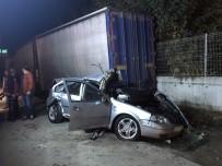 SAKARYA ÜNIVERSITESI - Otomobil Park Halindeki Tıra Çarptı Açıklaması 1 Ölü, 1 Yaralı