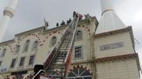 KUBBE - Tadilat İçin Çıktığı Kubbeden Caminin Çatısına Düştü